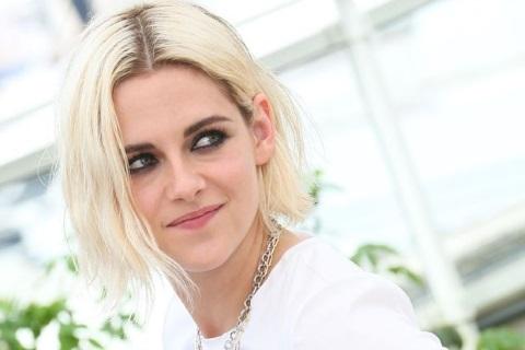 блондинка с темными у корней волосами